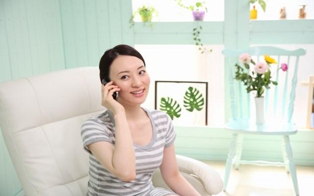 飲食店にGoToイート予約の変更電話をする女性